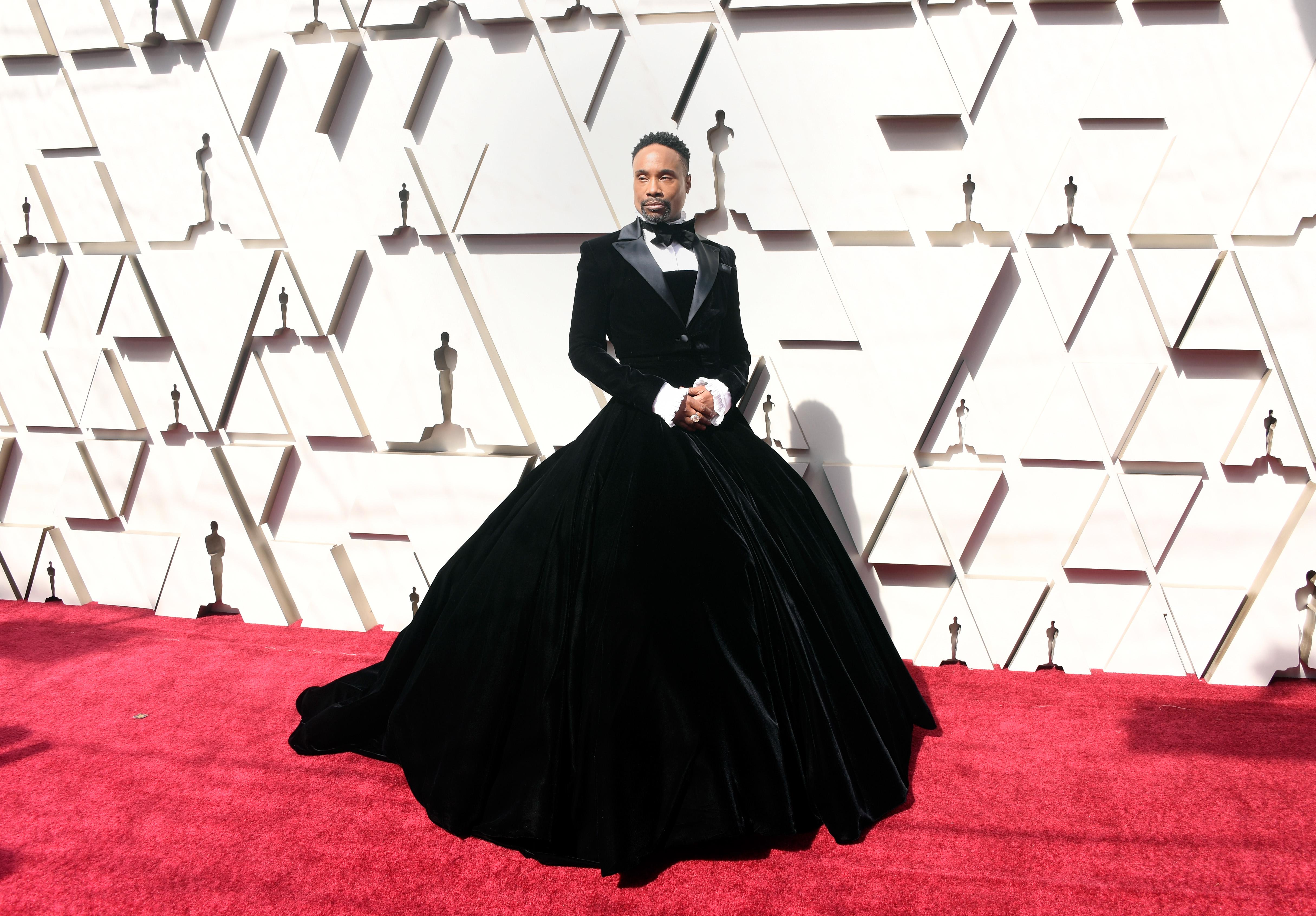 """Американският актьор, певец и сценичен изпълнител Били Портър прави смело """"изявление"""", явявайки се на Церемонията по връчването на наградите Оскар в кадифена смокинг-рокля. Половодефиниращият аутфит, изработен от дизайнера Крисчън Сириано, подлуди заклетите ползватели на социални мрежи и събуди разпалени дискусии, продължаващи и към този момент."""