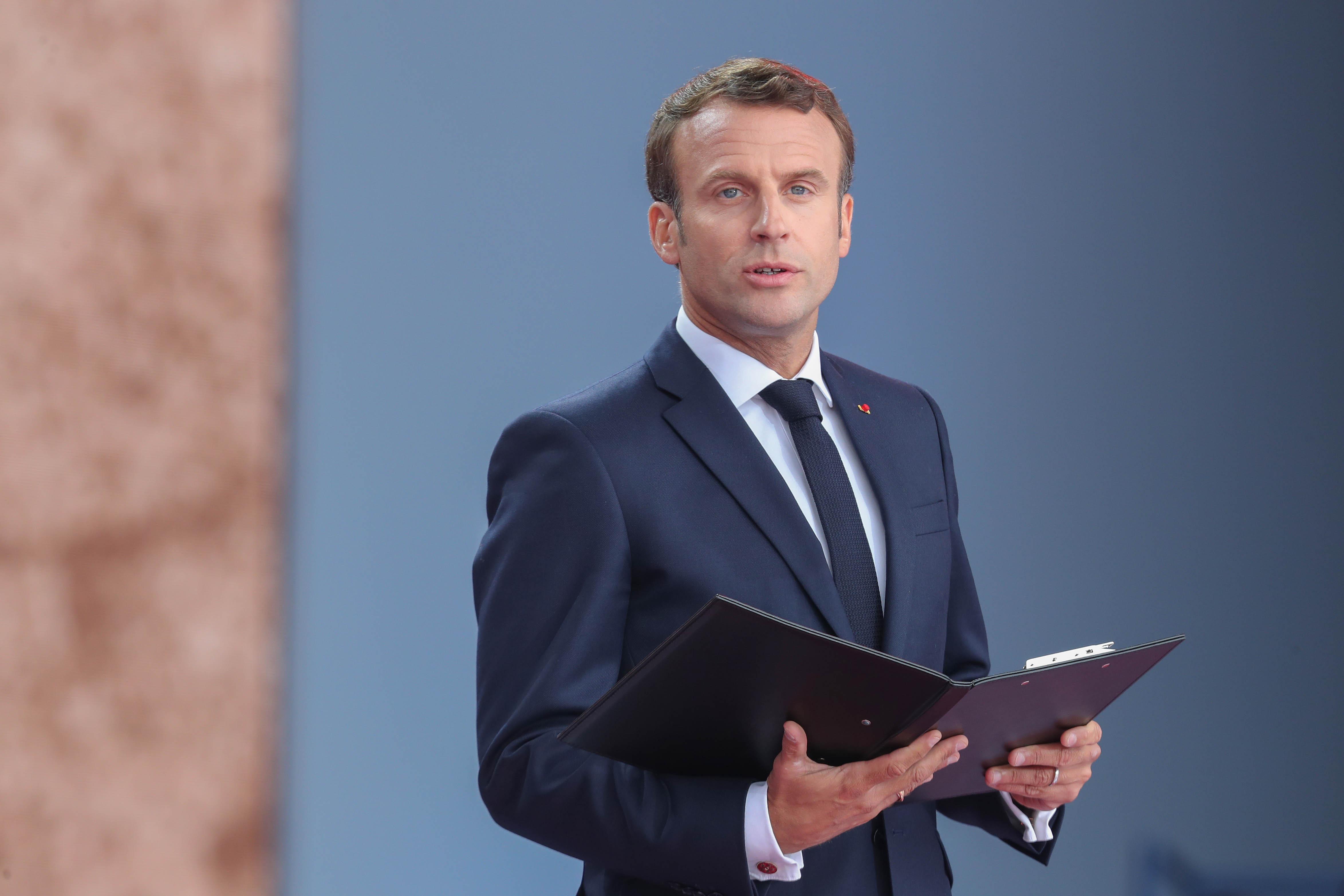 """""""Модният пакт"""" е представено от френския президент Еманюел Макрон споразумение по време на тазгодишната среща на Г-7 в Биариц, което той развива съвместно с конгломерата Kering. По данни на Макрон, 32 компании или около 150 бранда вече участват в единствената по рода си инициатива, чиято надежда е да обедини най-големите имена в модата, много от които са конкуренти помежду си, в една голяма цел - устойчивост на модната индустрия."""