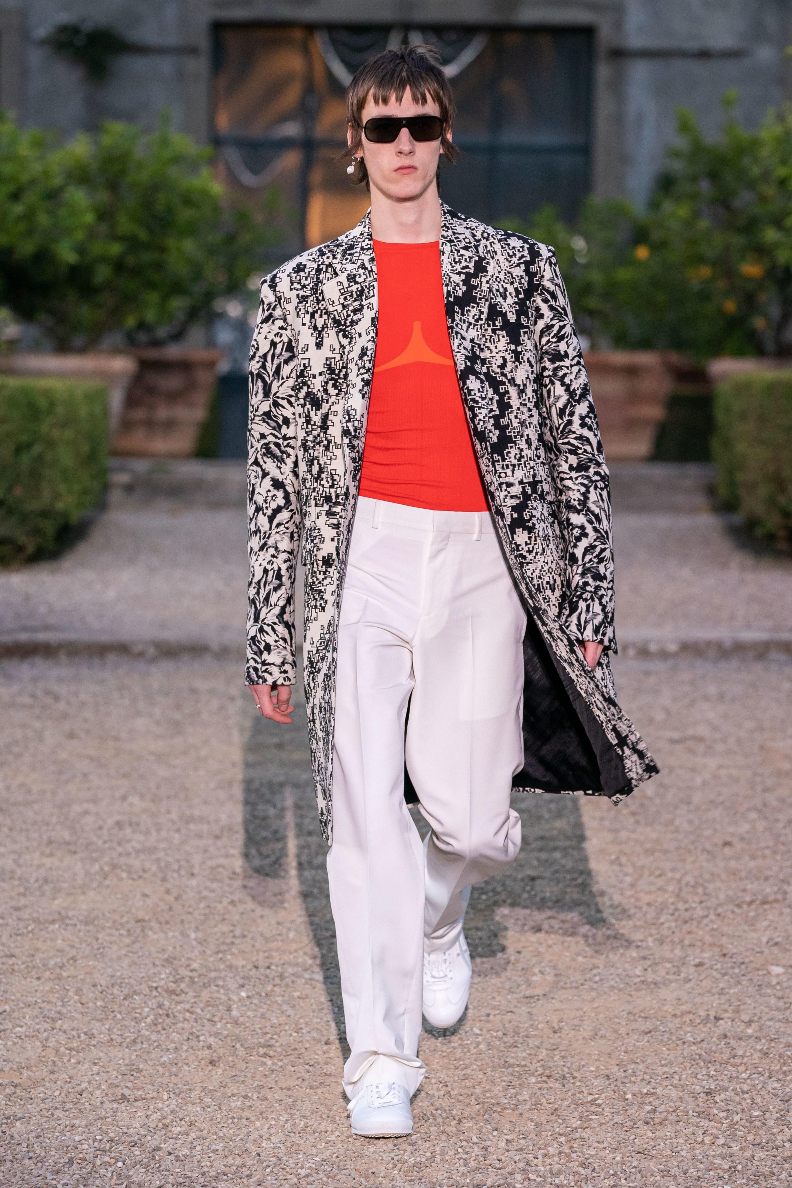 Креативната главна на Givenchy показа дебютната мъжка колекция за къщата във Флоренция тази година. Интересно и много неочаквано, Клеър Уайт Келър поднесе на феновете си странна смесица от собствената й призма за 90-те години, модерния дендизъм и днешната корейска улична култура, съчетани в естетиката на Стария и Новия свят.
