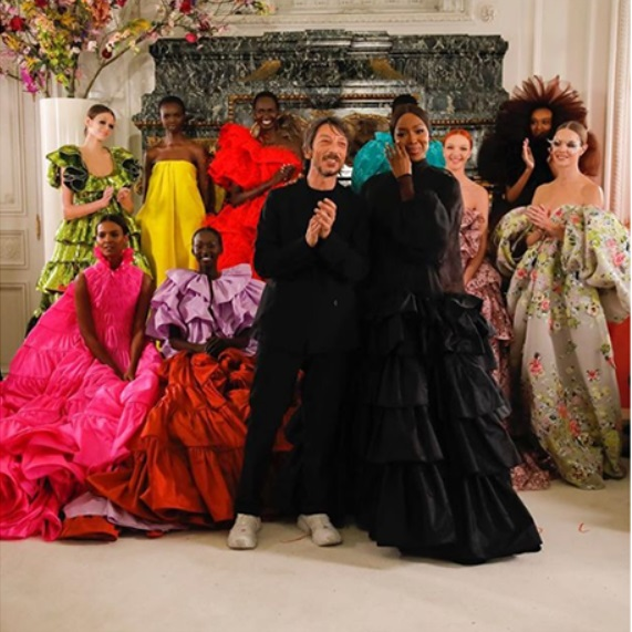 За кутюр колекцията на Valentino Пролет 2019-та Пиерпаоло Пичоли поставя разнообразието като единствена референция, представено чрез чернокожи и иконични дами от миналия и по-миналия век. Разглеждайки изображения, картини и модни журнали, Пичоли обединява идеята за различие, преплитайки я с характерна за марката, флорална утопичност.