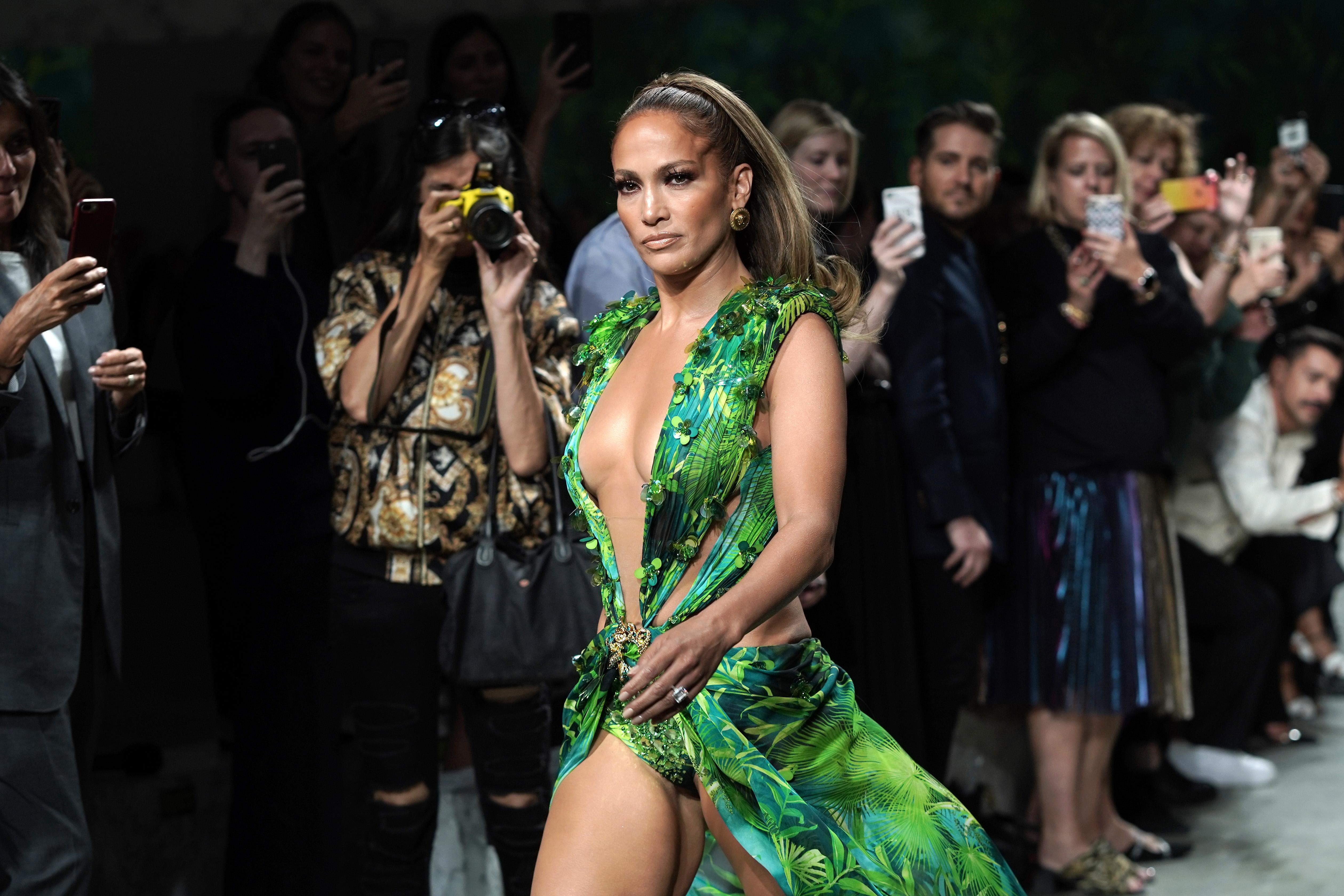 За закриването на пролетно-лятното дефиле на Versace за 2020-та година Дженифър Лопес дефилира в интерпретация на небезизвестната зелена рокля, с която се появява за първи път на наградите Grammys през 2000г.