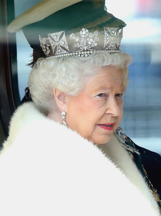 """Кралица Елизабет II се отказва от естествените кожи, а източници разказват още, че Нейно величество отдавна е почитател на устойчивата мода, тъй като """"животът"""" на един неин аутфит продължава средно около двадесет и пет години. Не само че пести, Елизабет и рециклира своите тоалети - след като някой от тях стане твърде разпознаваем за публиката, той бива модифициран и използван в домашни условия."""