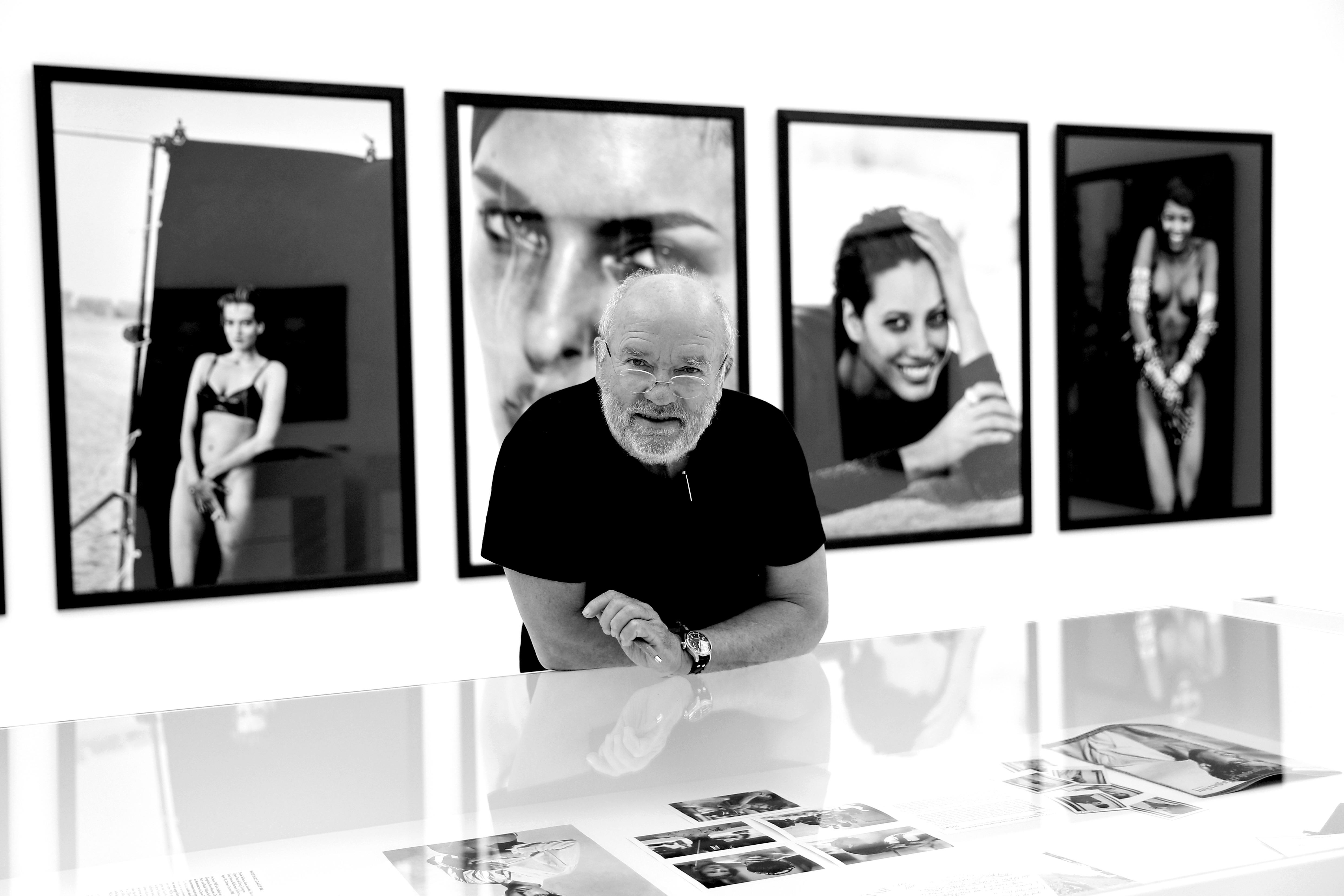 Dior и издателство Taschen представиха фотокнига в два тома, посветена на прочутия немски фотограф Питър Линдберг, който почина в началото на септември на 74-годишна възраст. В първата част на изданието влизат архивни кадри от сесия на Таймс Скуеър в Ню Йорк, снимана от Линдберг за Модната къща миналия октомври. На фотографиите виждаме моделите Алек Уек, Саския де Брау, Карън Елсън, Саша Пивоварова, Амбър Валета, Ирина Шейк и Каролин Мърфи, всички позиращи в дрехи от архивите на Dior. Във втория том на книгата са публикувани работи на Линдберг за най-големите модни издания - Vogue, Vanity Fair и Harper's Bazaar.