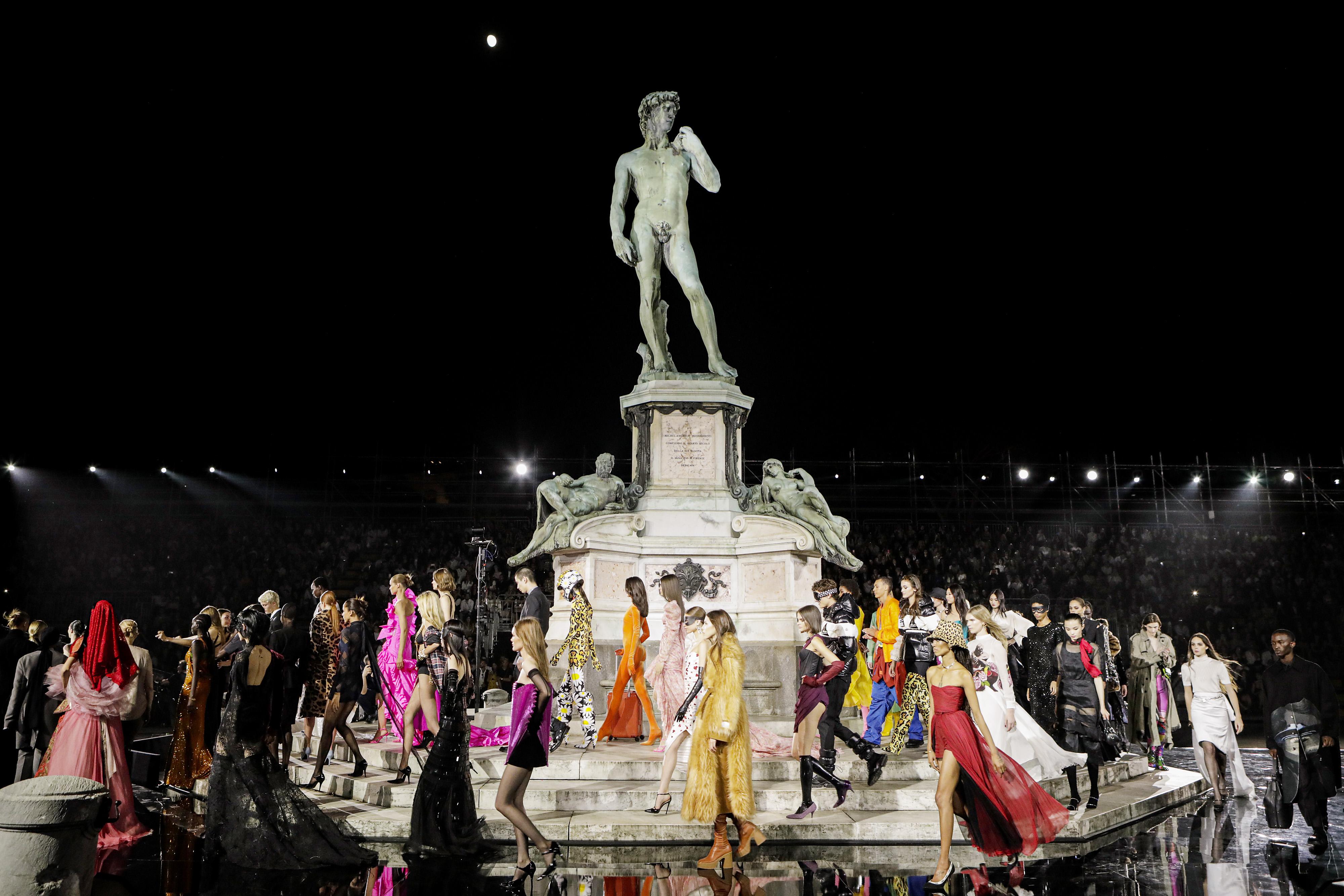Около 4000 хиляди гости уважиха грандиозното дефиле на онлайн гигантът LuisaViaRoma във Флоренция по случай 90-годишнината му. Екстравагантност е единствената дума, която може да опише случилото се - 102 визии, от които 61 дамски и 22 мъжки модела. Грандиозното дефиле, събрало едни от най-големите имена в модата, отбеляза и дебюта в организирането на ревю на Карин Ройтфелд и CR Runway.