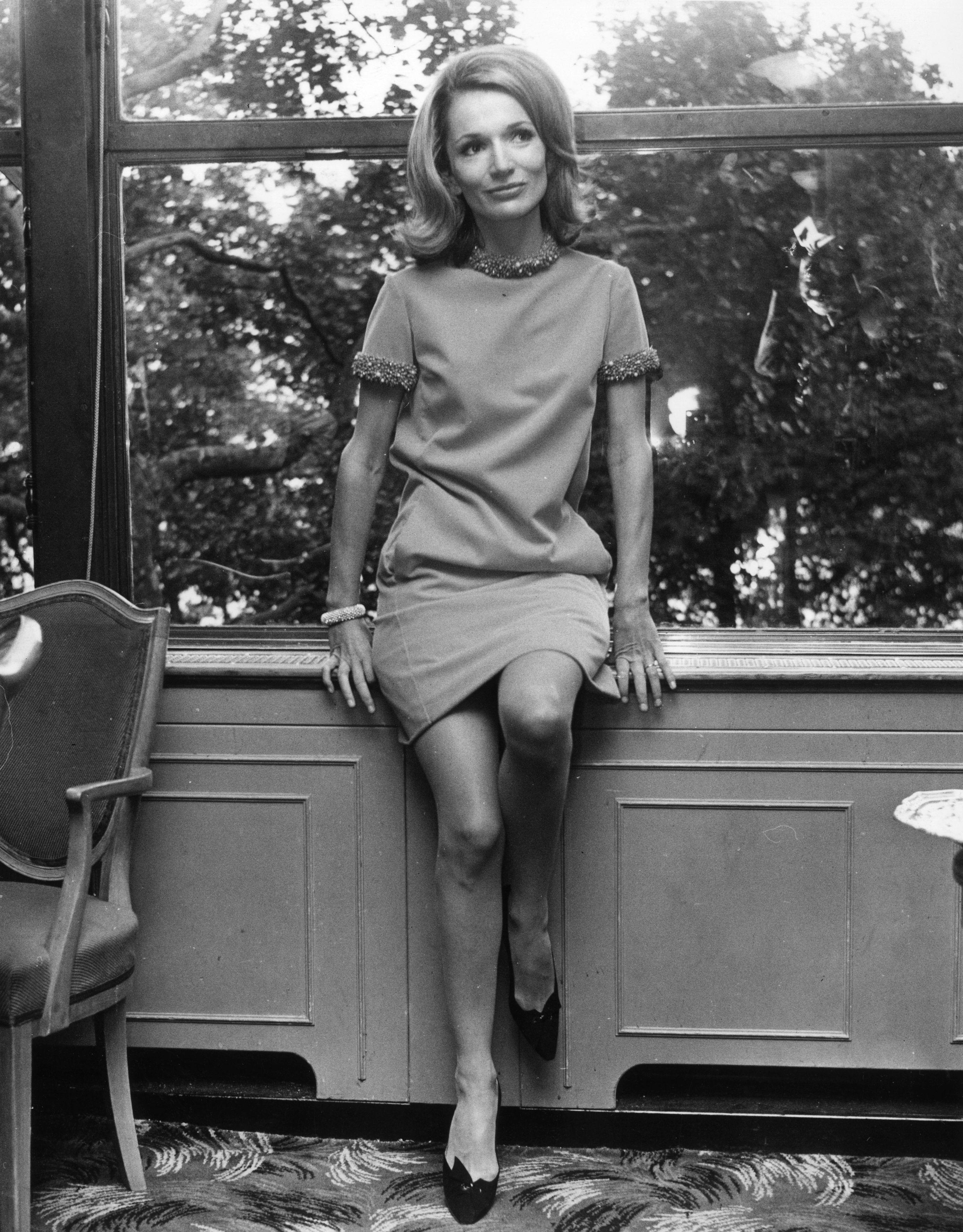 """Каролин Радзивил почина миналия февруари на 85-годишна възраст - 20 години след сестра си. През октомври тази година семейството й организира аукцион с отбрани вещи от личната й колекция в Christie's, Ню Йорк. Измежду 168-те предмета, които ще станат обект на наддаване, проблясват спомени за гламурния и необикновен живот на Лий. """"Разполагаме с цялата гама на живота й"""", казва Джонатън Рандел, зам. председател в Christie's. """"Имаме нейна сребърна чаша от 93-та, пръстен от гимназията, порцеланът, който ползва по време на първия и втория си брак, пръстен Givenchy... предоставиха ни толкова много!"""""""