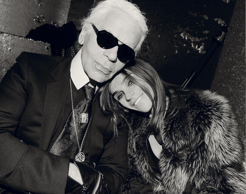 """Бившият главен редактор на френския Vogue и основател на списание CR Fashion Book Карин Ройтфе вече заема роля на """"консултант по стила"""" на личния бранд на покойния вече Лагерфелд. Карин ще работи съвместно с директора на марката Hoon Kim, който заема тази позиция от 2015 г. насам и ще помогне за удължаването на страхотното модно наследство на Карл Лагерфелд."""