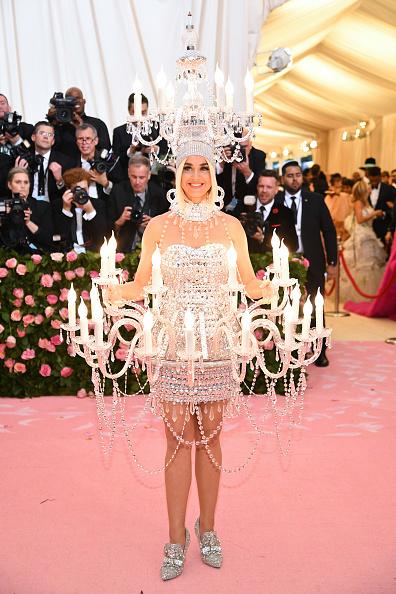 Откриваме селекцията най-смешни модни гафове на годината именно с Кейти Пери и нейната чудата визия от Мет Гала. Да се смеем ли, да плачем ли, не знаем, но със сигурност я помним.