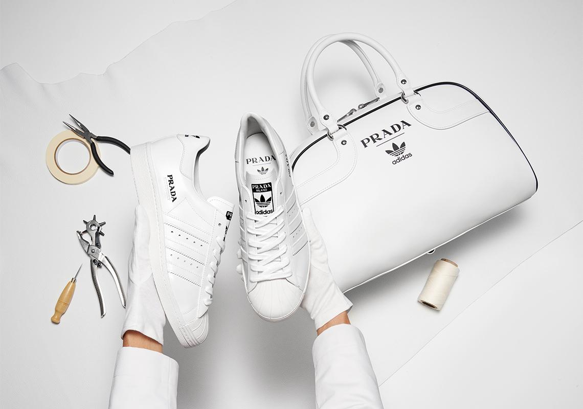 В началото на месец ноември новината за неочакваната колаборация между Prada и adidas генерираха особено топли чувства в Редакцията. Днес тя е вече факт, но радостта, която изпитахме тогава, съвсем не продължава, когато вече познаваме (поне визуално) продукта от сътрудничеството им.