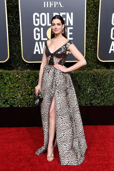 Ан Хатауей в Elie Saab на церемонията по връчването на наградите Golden Globes не е от най-добрите стилистични примери. Дали защото леопардът не е удачен вариант за подобен повод, или просто защото събирателният микс е прекален?
