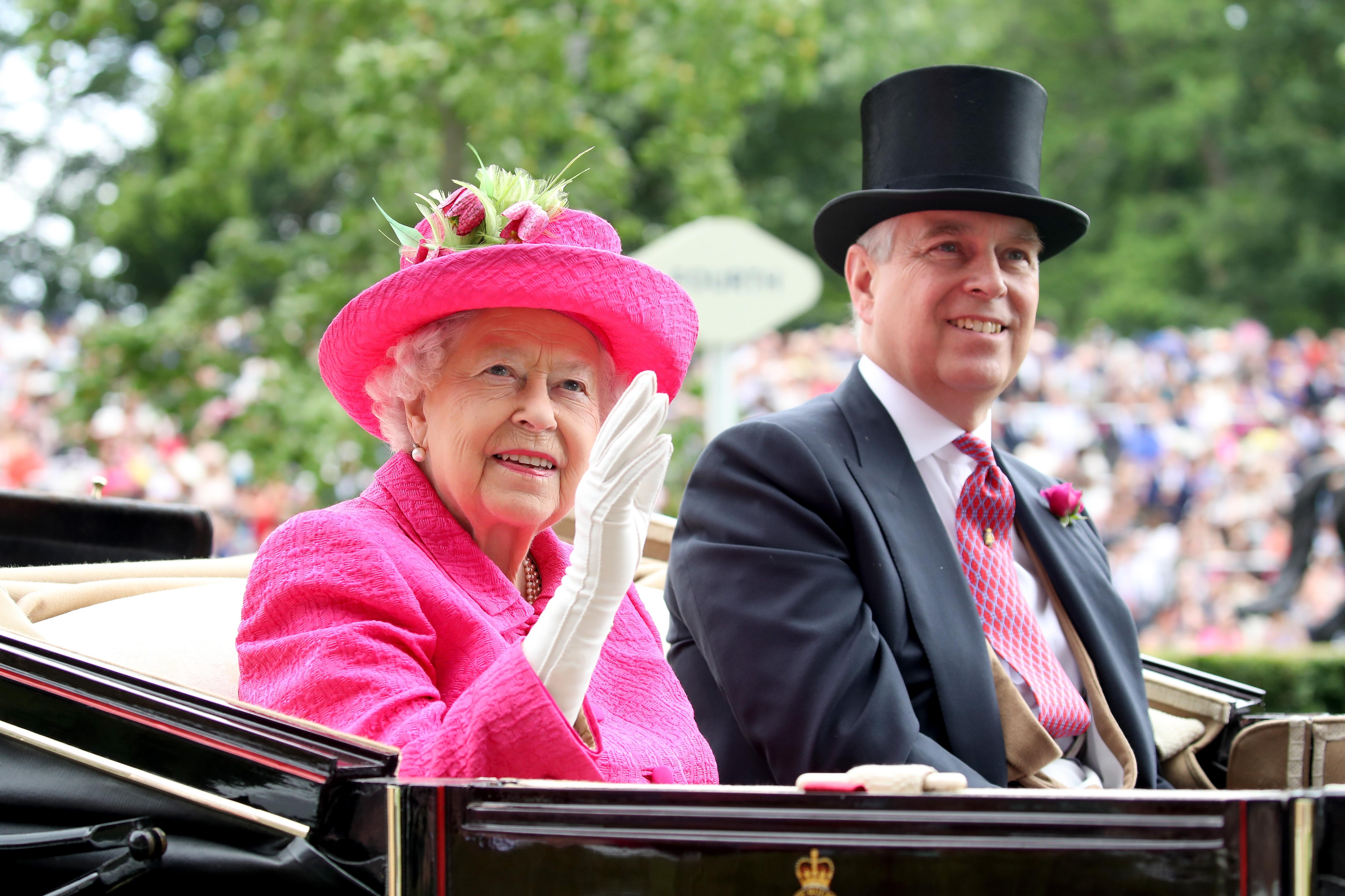 """Принц Андрю, трето дете и втори син на Кралица Елизабет II, публикува изявление, чрез което обявява решението си да прекрати изпълняването на официални задължения, свързани с титлата му. Всеобщото мнение е, че отказът на принц Андрю от официални ангажименти е на практика единственият възможен ход след интервюто му за BBC /17-ти ноември/, еднозначно прието от социума като отвратителен опит да се """"оправдае"""". Много зрители са извънредно възмутени от това, както и от факта, че по време на разговора си с журналистката Емили Мейтлис, Негово Височество дори не се опитва да имитира съчувствие към жертвите на престъпленията на Епщайн. Медийни експерти определиха интервюто веднага след излъчването му като """"катастрофа""""."""