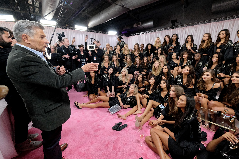 """2019-та е белязана с отсъствие на дефилето на Victoria's Secret, за първи път от 20 години насам. Освен това обаче, маркетинговият директор на бранда, Ед Разек, напусна компанията дни след като назначиха първия отворено транссексуален модел за своя рекламна кампания. Припомняме, че миналата година Разек бе принуден да даде публично изявление, в което се извинява за изказването си, че """"транссексуални модели не бива да участват в шоуто, защото то трябва да бъде фантазия."""""""