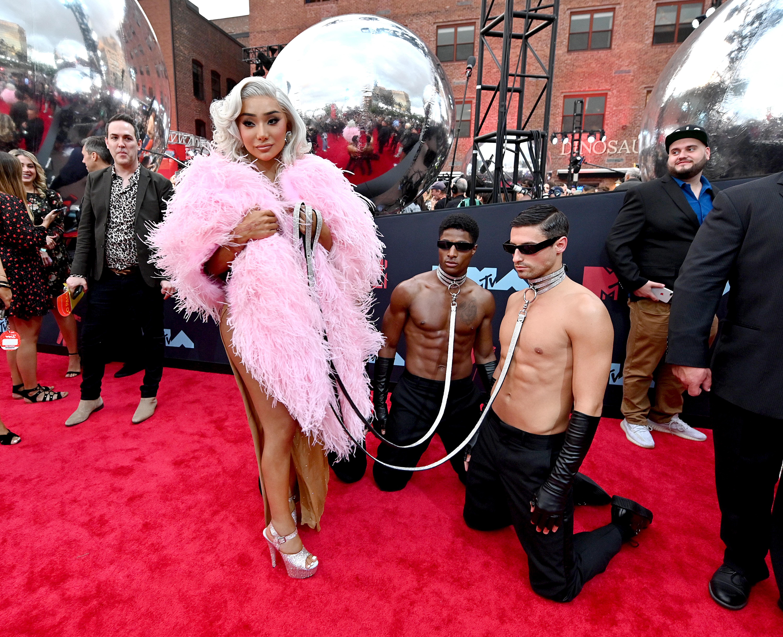 Обобщението на тазгодишната церемония по връчването на музикалните видео награди на MTV е просто: РАЗОЧАРОВАНИЕ. Ако трябва да сме напълно откровени, на моменти, граничещо с погнуса. Разбира се, скандал винаги е бил търсен с цел привличане на вниманието, разголените костюмчета също не ни правеха впечатление... докато не започнаха да ги носят мъже. Грозни рокли също се намираха и се приемаха - докато и тях не проносиха мъжете. Въобще, обърквацията е пълна.