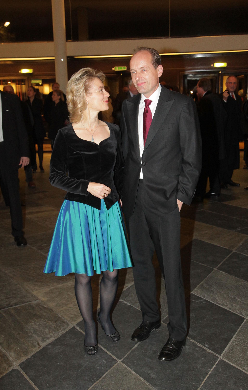 """60-годишната Урсула фон дер Лайен се слави с най-апетитната длъжност в Европейския съюз - тази на Председател на Европейската комисия. Чисто от модна гледна точка госпожа министершата не набляга на - и въобще не говорим за тенденции - някакъв по-съвременен стил или най-малкото, съветите на стилист. Не че твърдим, че разбираме от политика, но колкото и проевропейски да са възгледите й, стилът й си остава строго консервативен, по немскому средностатистичен, анти модерен, анти революционен и заявяващ: """"пазарувам дрехите си оттам, откъдето и храната си""""."""