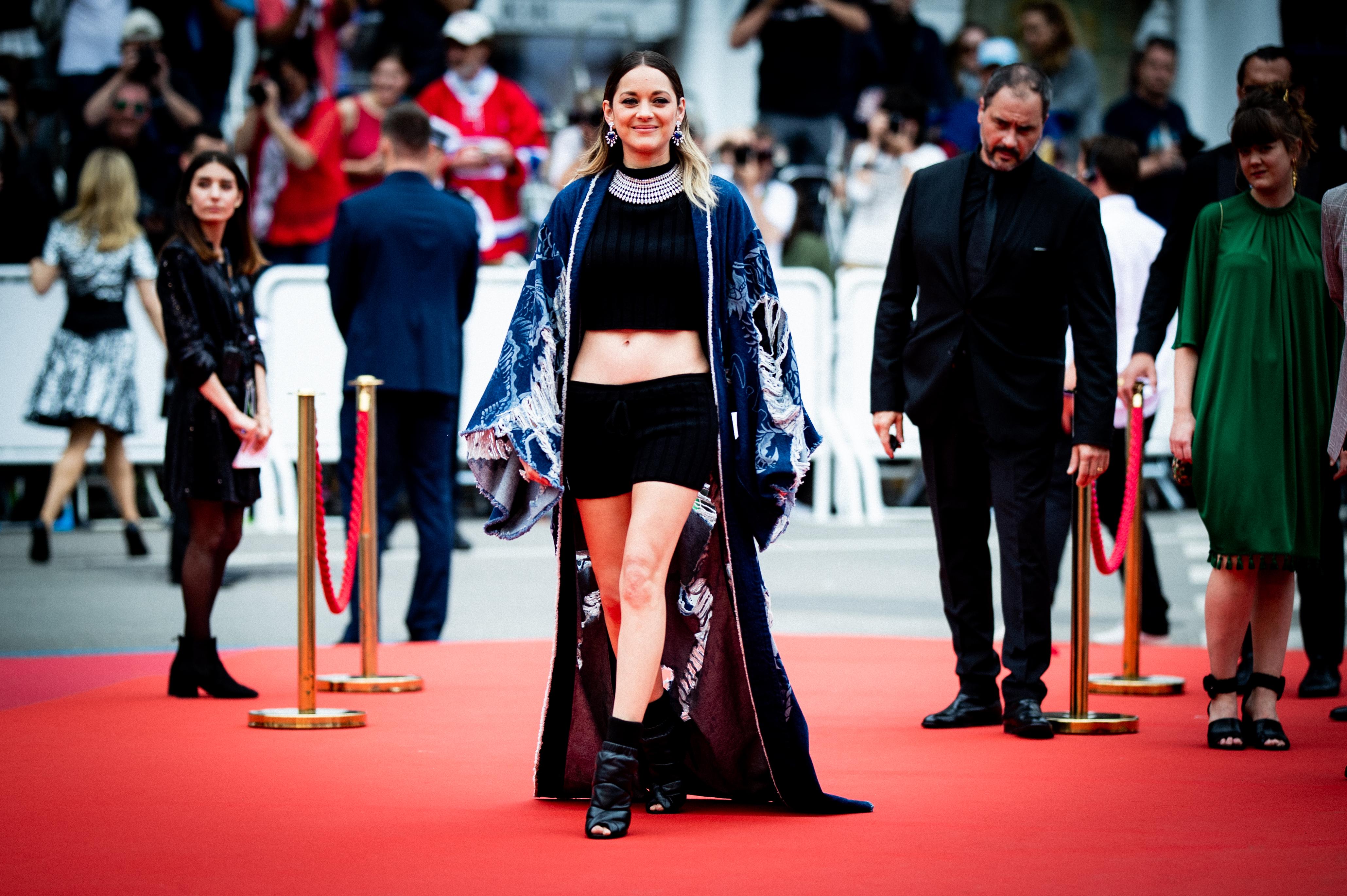 Марион Котияр е следващата звезда, решила да наруши строгите правила на червения килим в Кан по време на филмовия фестивал там. Целият подход, от начало до край, истински ни изумява.
