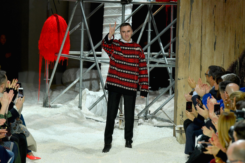 Напускането на Раф Симънс от Calvin Klein през декември миналата година, осем месеца преди изтичането на договора му, дойде като всеобщ шок за модната индустрия, а пояснението за неочакваното развитие на нещата, бе неоправдани по очаквания печалби. Calvin Klein 205W39NYC, чиято добавка към името идва от самия Раф и е препратка към адреса на централата в Ню Йорк или постарому просто Collection, престава да съществува, което означава и край на участията по време на седмицата на модата, основно свързани с престижа на марката.
