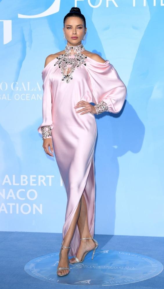 """На синия килим на 3-тата поредна гала вечеря """"Global Ocean Gala"""", организирана от Принца на Монако - Албер II, атрактивната бразилка Адриана Лима събира погледите с нестандартна за личния си стил розова рокля, обсипана с масивни бляскави камъни в областите около китките и деколтето. И Адриана Лима може да изглежда недобре, макар и да не ни се вярва."""