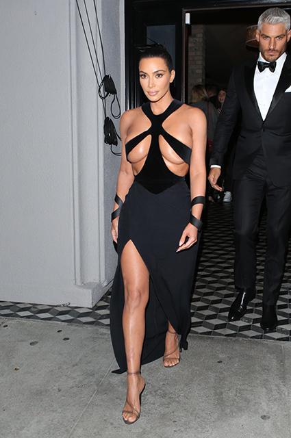 Ким показа доста разголена черна рокля, част от пролетно-лятната колекция на Thierry Mugler от 1998 година, която, опасяваме се, съвсем не е за нея. Cut-out дизайнът с футуристична естетика оставя малко на въображението, даже прекалено малко.