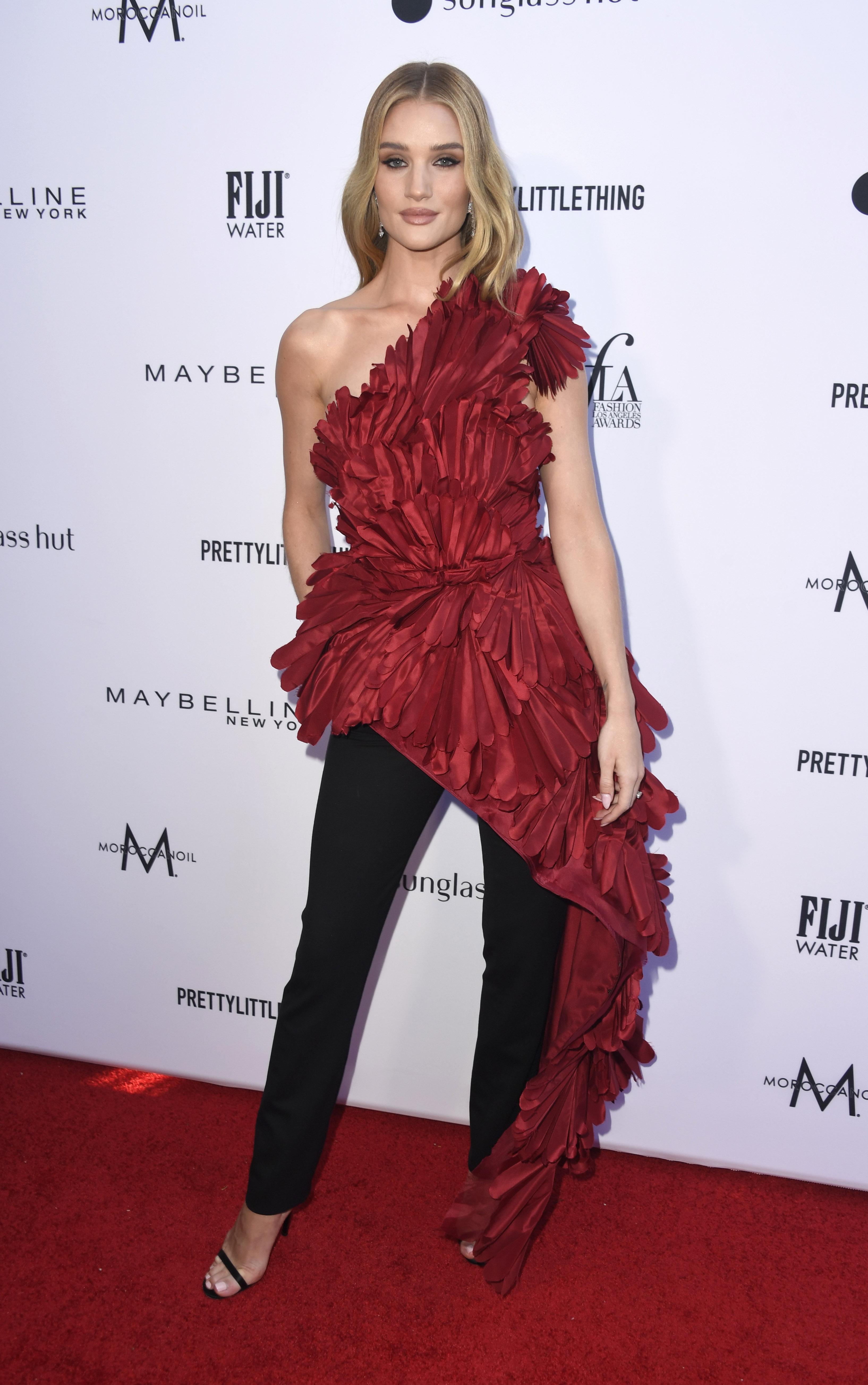 Роузи Хънтингтън Уайтли по подразбиране има безупречен гардероб, но ето, че и тя допуска грешки, при това в Oscar de la Renta.