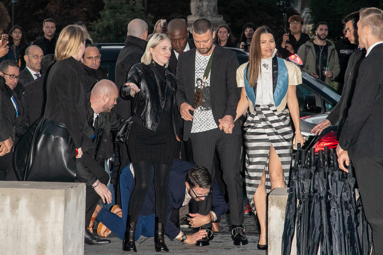 """Виталий Седюк не за първи път """"напада"""" знаменитост - в списъка си само от последните няколко години има Лео ди Каприо, Джиджи и Бела Хадид, Сиара, самата Ким Кардашян дори, но Джъстин си нямаше. Затова, със сетни сили в края на изтощителния Моден месец, украинецът Виталий, известен celebrity prankster, се хвърли на звездната пътечка, водеща към Лувъра, където се проведе ревюто на Vuitton, и гушна нозете на Тимбърлейк. Ами, това е, звездите сигурно са полудели..."""