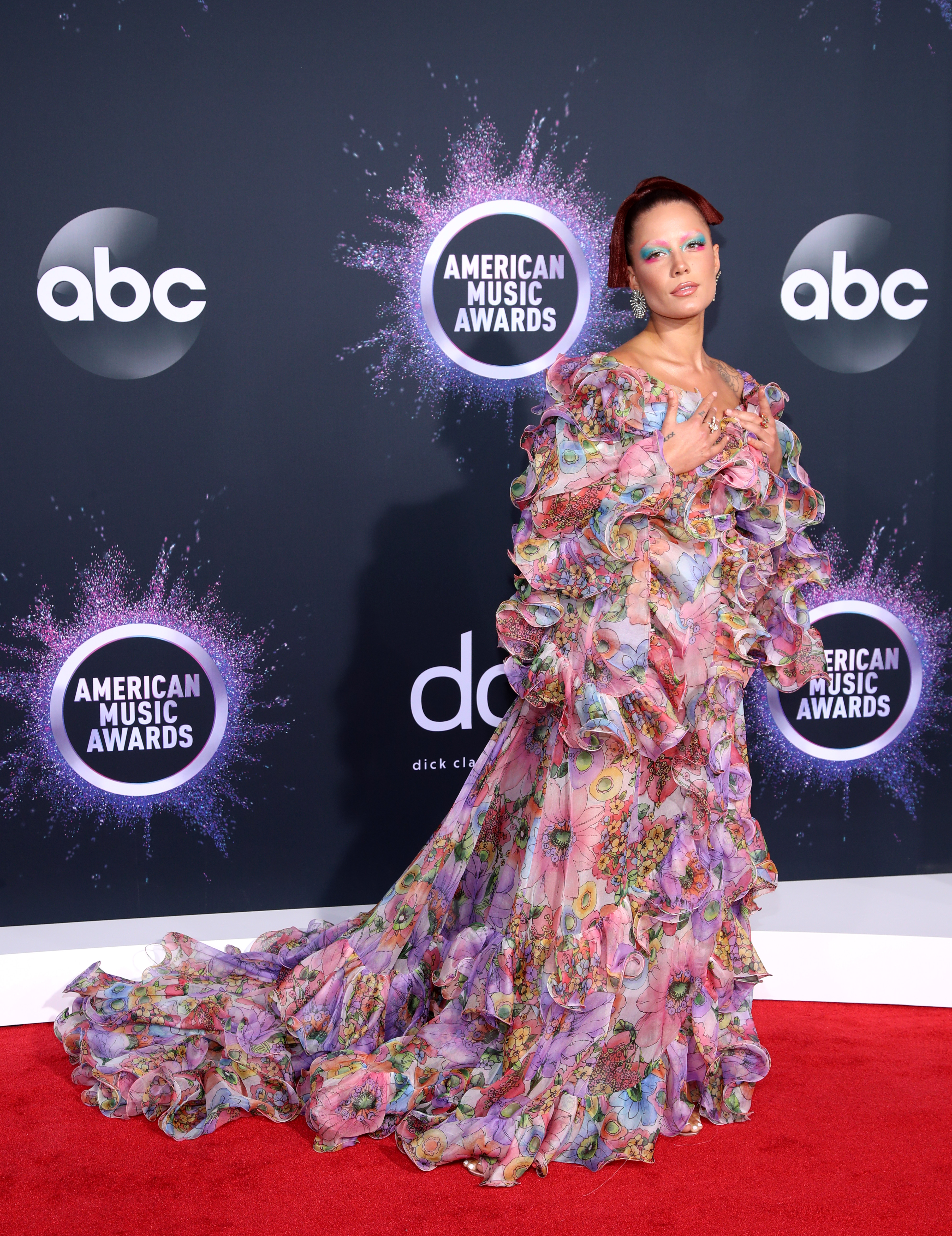На Halsey очевидно цялата модна година е такава - несполучлива. Дори и в Marc Jacobs, един от кралете на екстраваганцата, тя не успява да намери работещ за нея стил, дизайн и силует. Но нищо, дано новата 2020-та е по-успешна за нея!