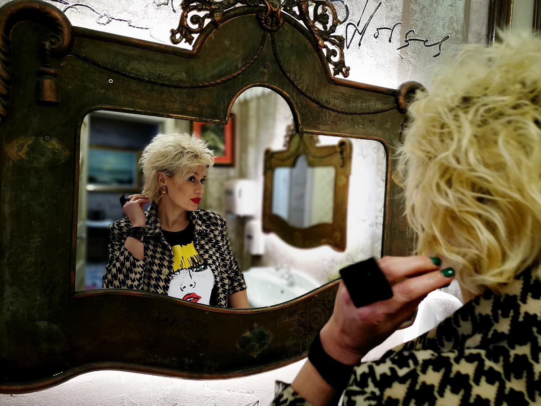 """Стилияна Узунова - една от най-колоритните личности, които срещнахме през годината. Може би, защото Тя самата е художник, гримьор, родител, и всичко онова, което чувства и иска да сподели, се проектира върху самата Нея: """"Играта става груба, когато излязат двете чертички на теста."""""""