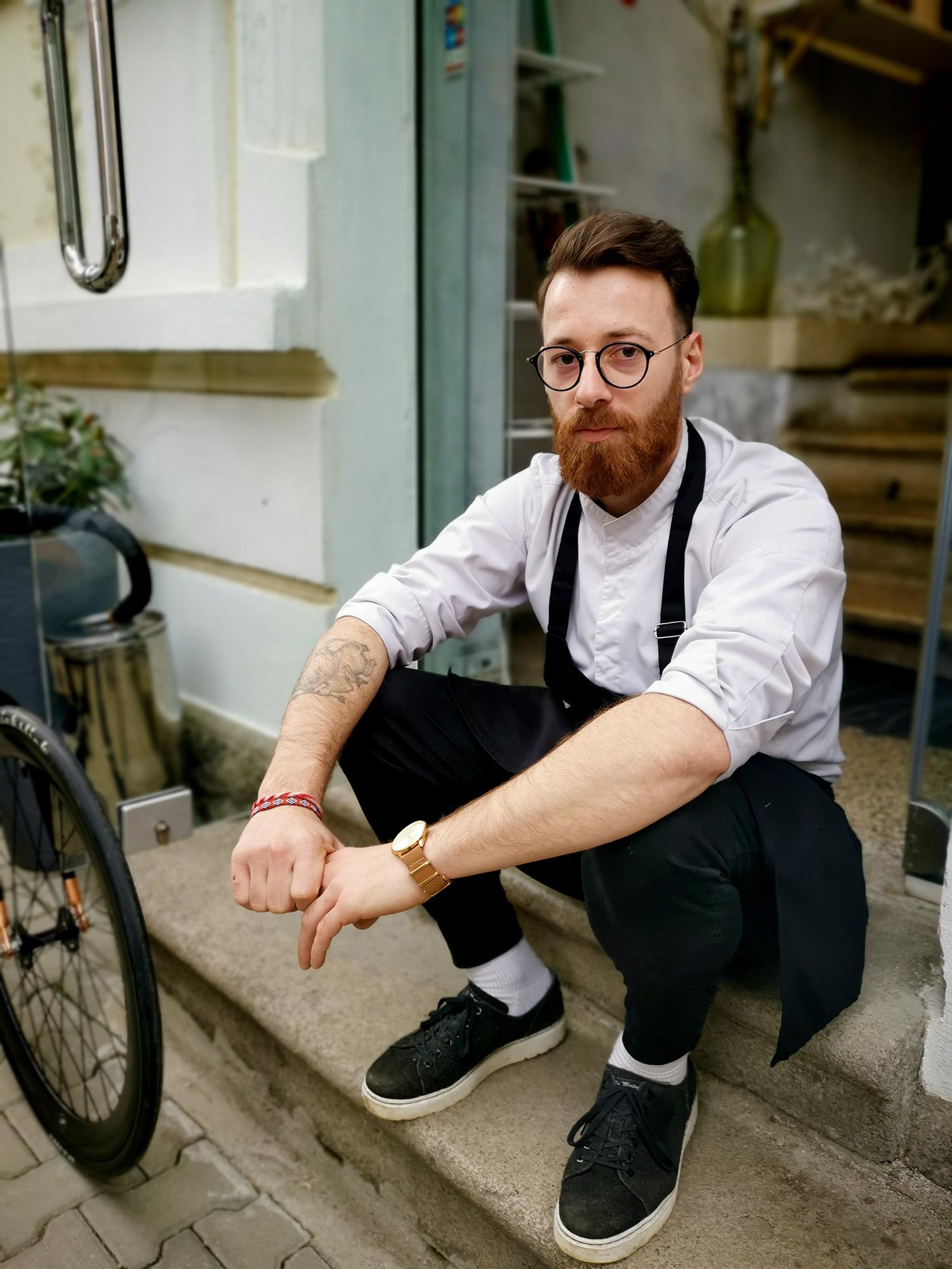 """Алекс Иванчев - по-сладкият от шоколад шеф сладкар, чувстващ се спокоен и свободен само с колелото си: """"Бях много лош ученик и не знаех какво искам да правя, обаче като готвех, ми беше кеф."""""""