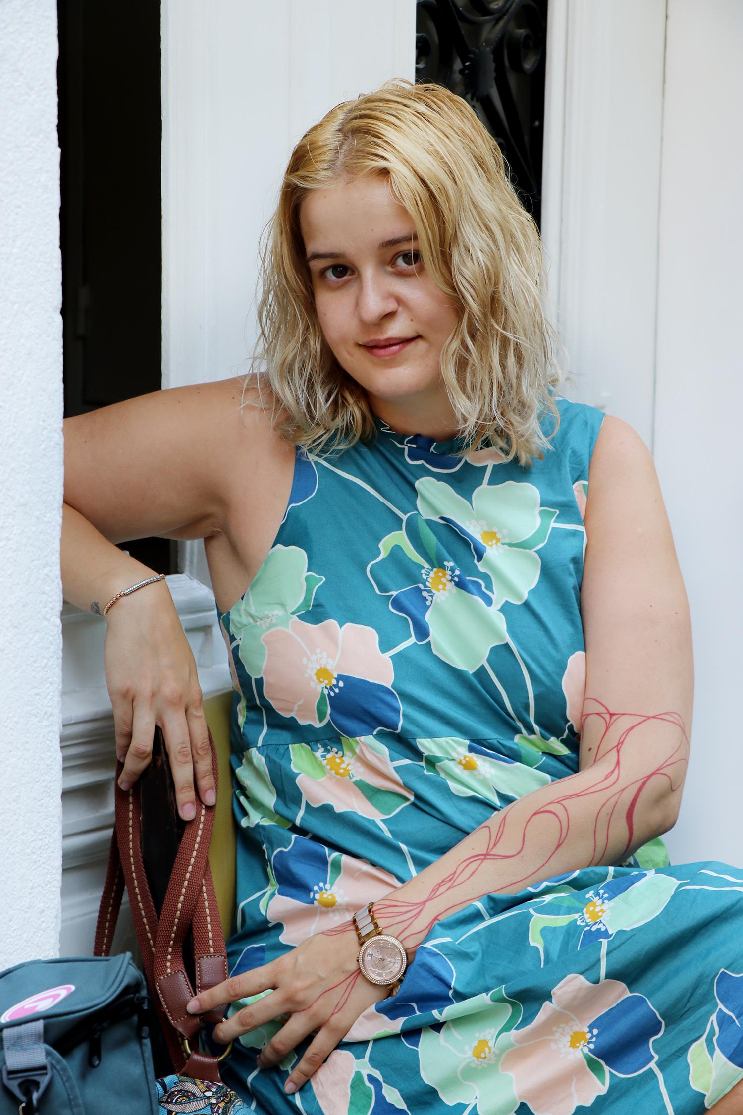 """Даниела Чункукова - артист по душа, чиято кървавочервена линия на съдбата е онагледена с татус върху иначе порцелановобялата й кожа, макар за нас тя да е истинска Жена в черно: """"Ще има хора, които ще се смеят и ще гледат странно, но това не бива да ни кара да спираме да вярваме в себе си."""""""