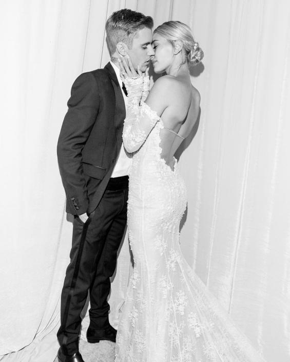 """Джъстин Бийбър и Хейли Болдуин Една година след венчавката, младата двойка вдигна сватба, силно запомнена поради булчинския шлейф с надпис """"Докато смъртта ни раздели""""."""