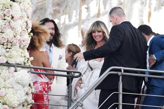 Хайди Клум и Том Каулиц Празнувайки сватбата по италиански начин, двойката покани гостите си в открито море, отбелязвайки важната за тях дата с лудо парти.