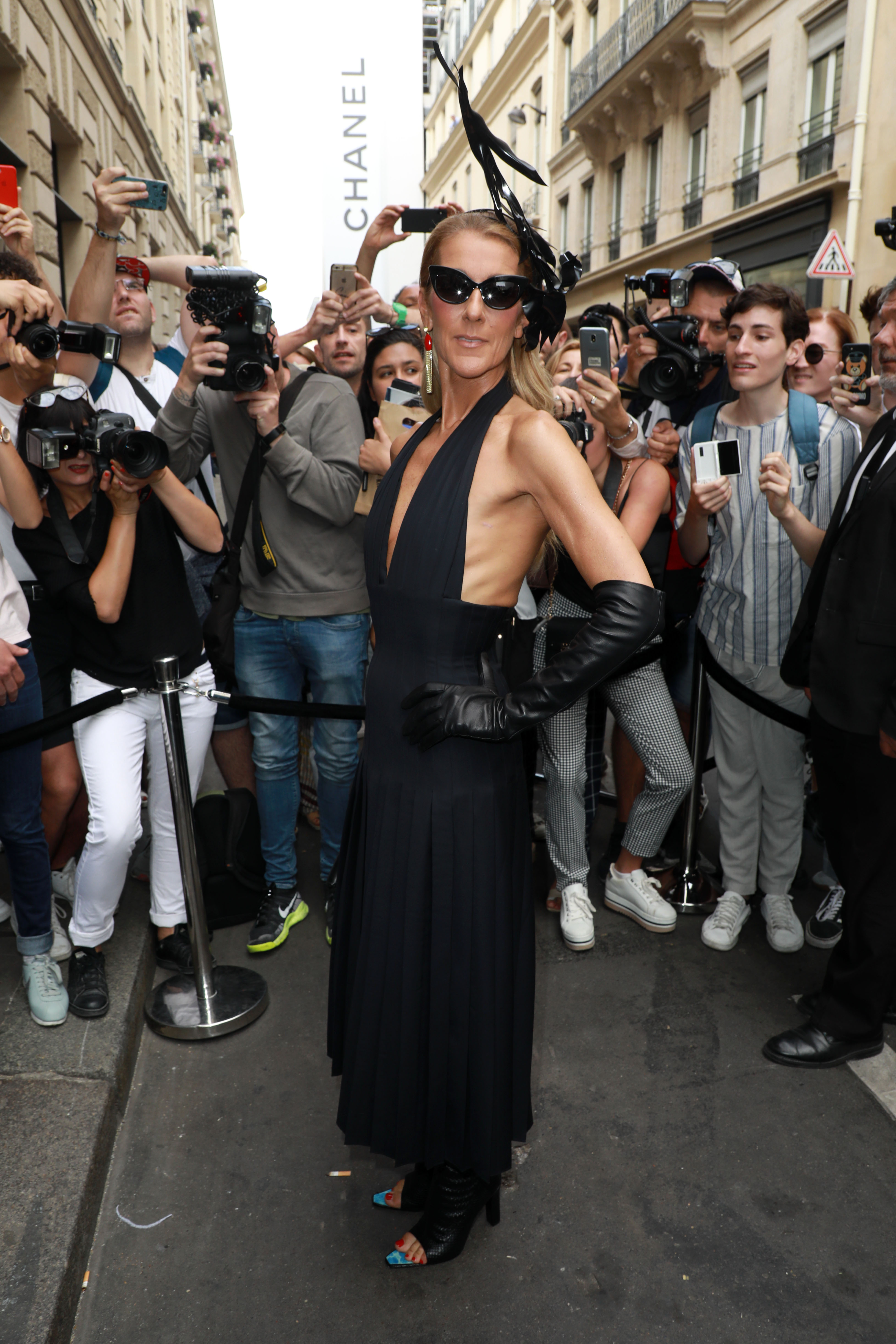 Schiaparelli На шоуто на Schiaparelli звездата се появи в класическа черна рокля на плисета, допълнена от кожени ръкавици и фантастична шапка от Стивън Джоунс.
