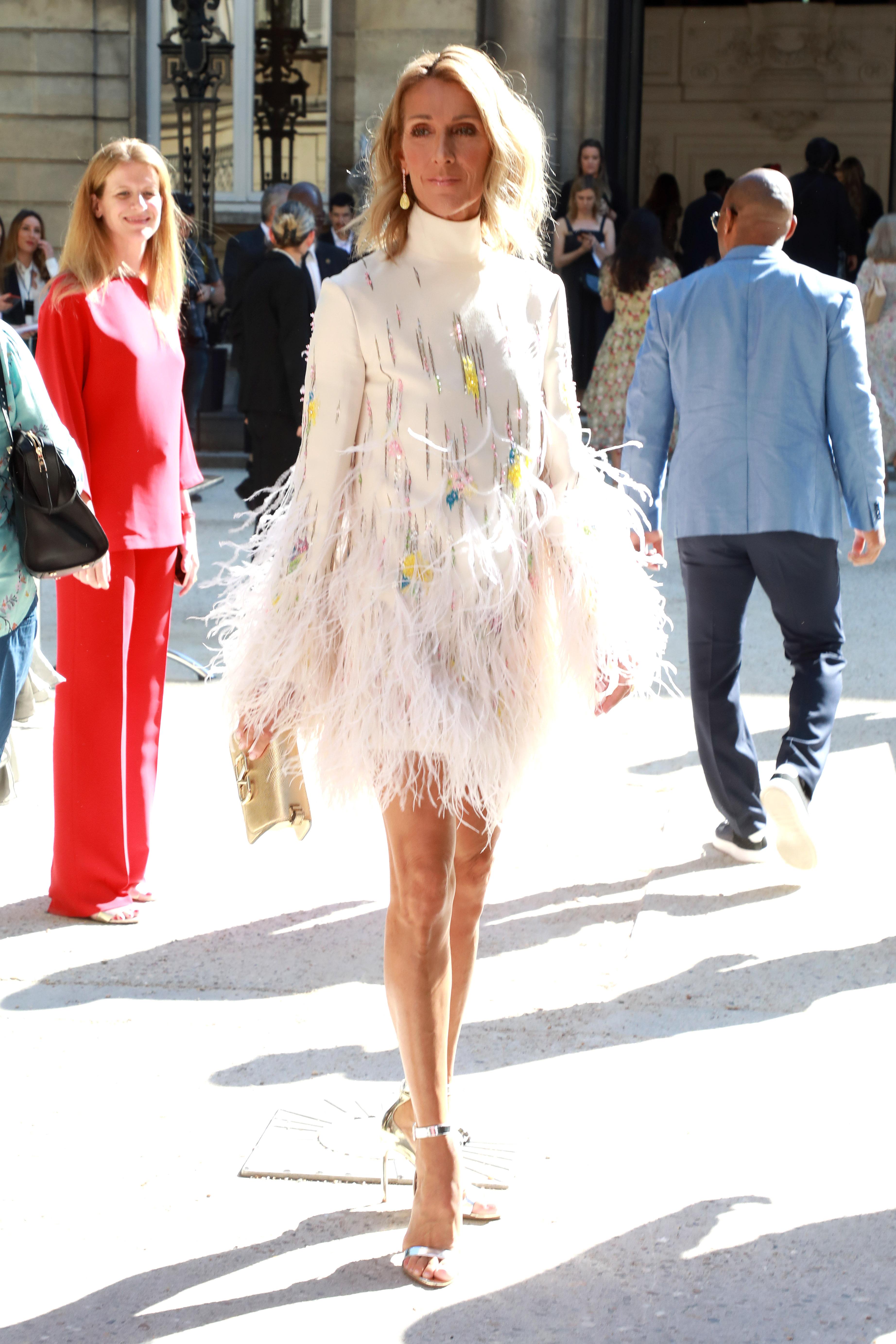 Valentino Селин завърши собствения си моден маратон с най-безопасното облекло (в сравнение с всички предишни визии). На шоуто на Пиерпаоло Пичоли за Valentino тя триумфира, като се появи в бяла мини-рокля в изчистен стил с декор от пера, дело на италианска марка.