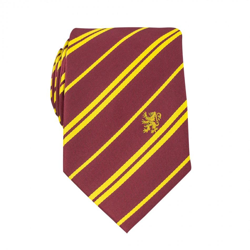 """За лудите фенове на Хари Потър има нещо много специално - комплект вратовръзка и ювелирен пин """"Грифиндорф"""". Вратовръзката е в класическото червено и е изработена от висококачествен сатен. Цена: в момента намален на 50,92 лв."""