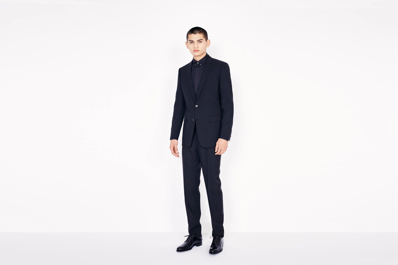 Ръчно изработен костюм от хесианска вълна DIOR, който си е чиста класика. Сакото е изработено с ревери, а целият ансамбъл говори сам за себе си. Може да закупите само от оторизиран бутик DIOR.