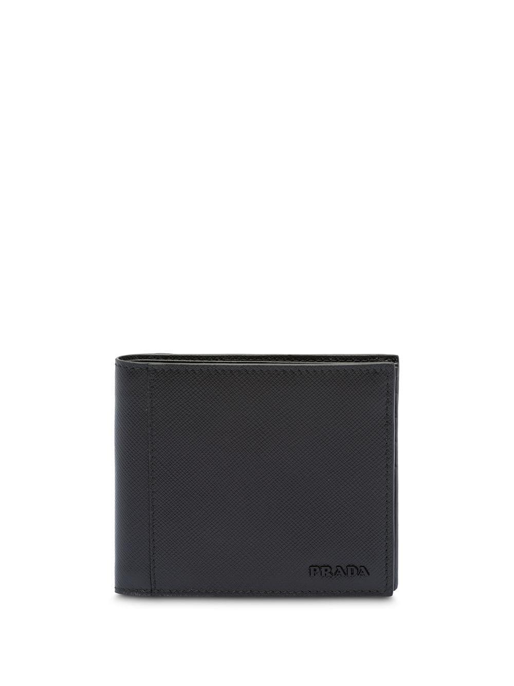 Семпъл класически портфейл PRADA, който идва в черен цвят и е изработен от естествена кожа. Разполага с много слотове за карти и е повече от подходящ подарък за любимия мъж. Цена: 782 лв.