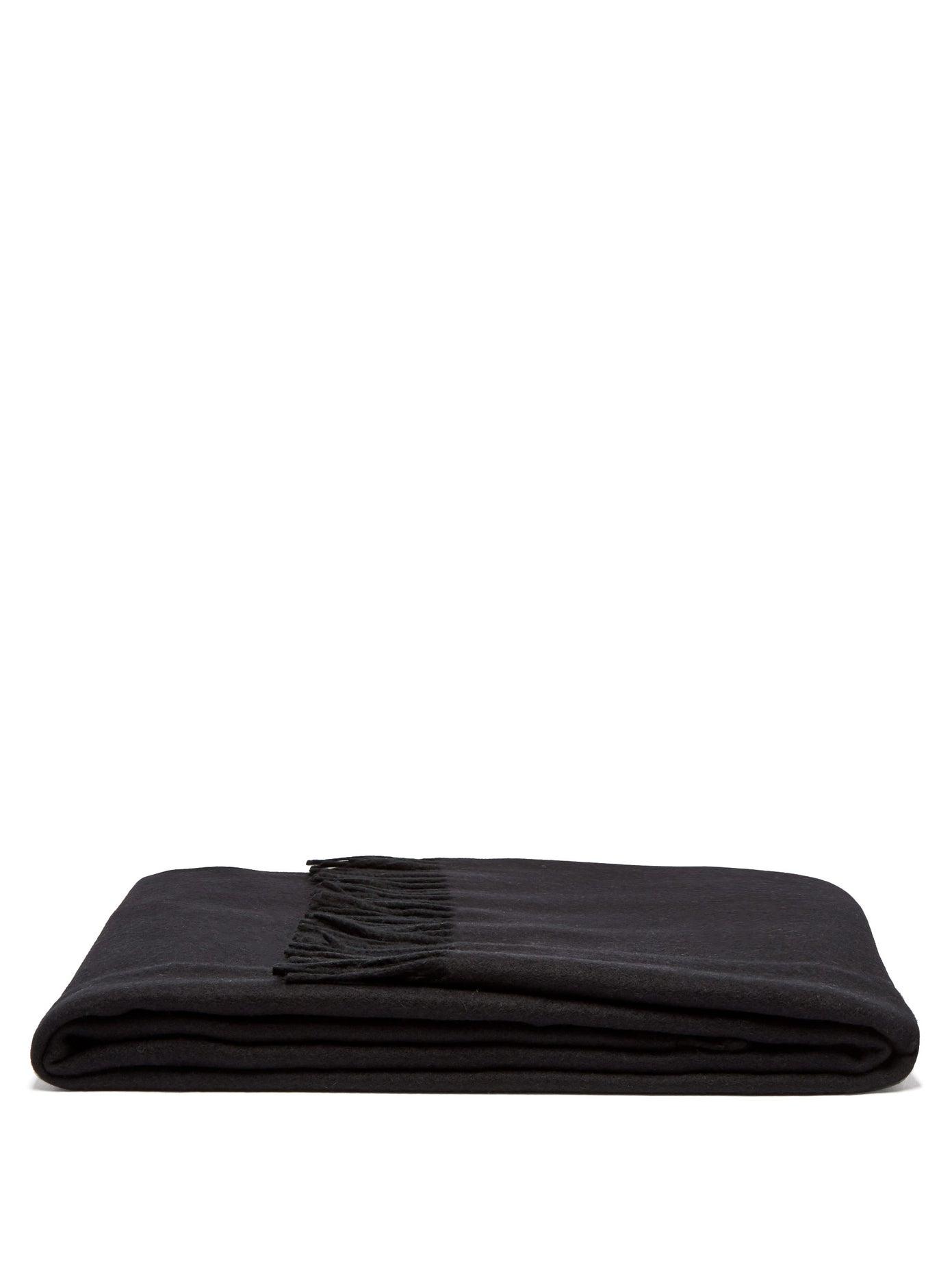 Луксозно кашмирено одеяло, изработено в Италия - топло, стилно, приласкаващо. Цена: 2 320 лв.
