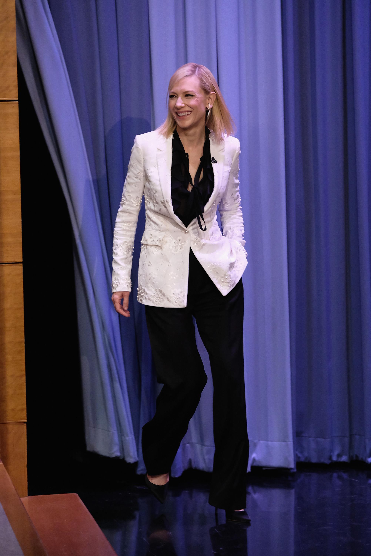 Нали щракаме, не само единствено красивите, а и нелепите fashion mistakes,допуснати от страна нахоливудските звезди. Ужасно сако с перли и спокъртително лошо стилизирана флора, апликирана върху него. Завръзването на ризата в предната част ни изглежда интересно.