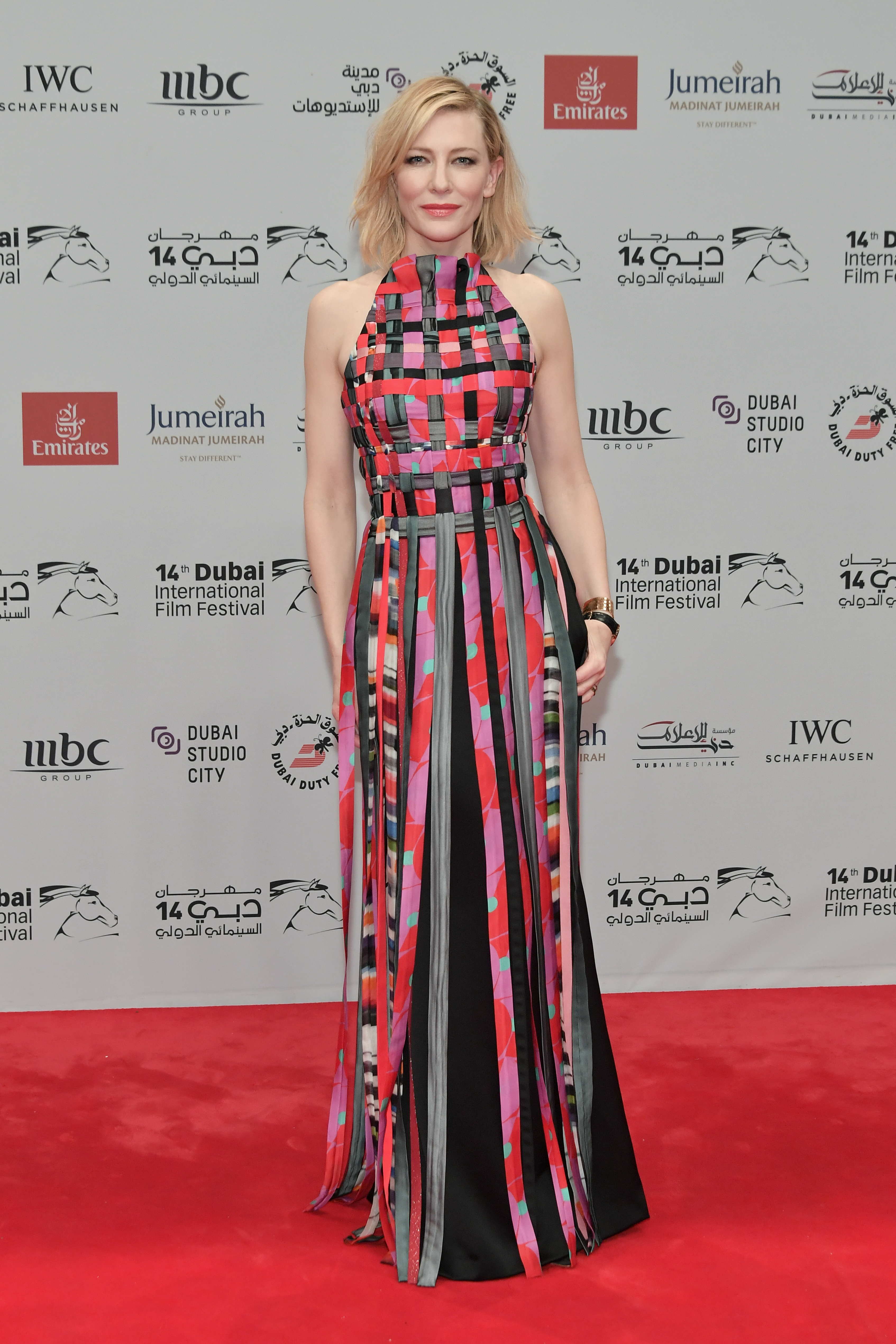В шок сме от ужасните като принт материи, изплетени под формата на прекрасна рокля, която изглежда великолепно. Ако погледнем отделно всичките платове, веднага ще припаднем. Но те заедно изглеждат maravilloso и образуват един от най-добрите аутфити на Кейт Бланшет.