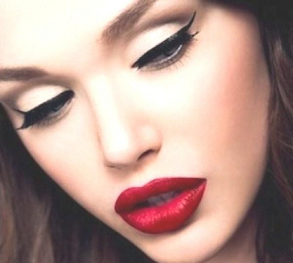 Нежно златисто, елегантна очна линия и червено червило. Класика!