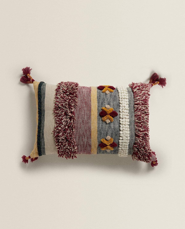 Калъф за възглавница Zara Home Настроението идва от текстурата, закачката с пискюлите, цветовата гама. Чудна. Цена: 90 лв.
