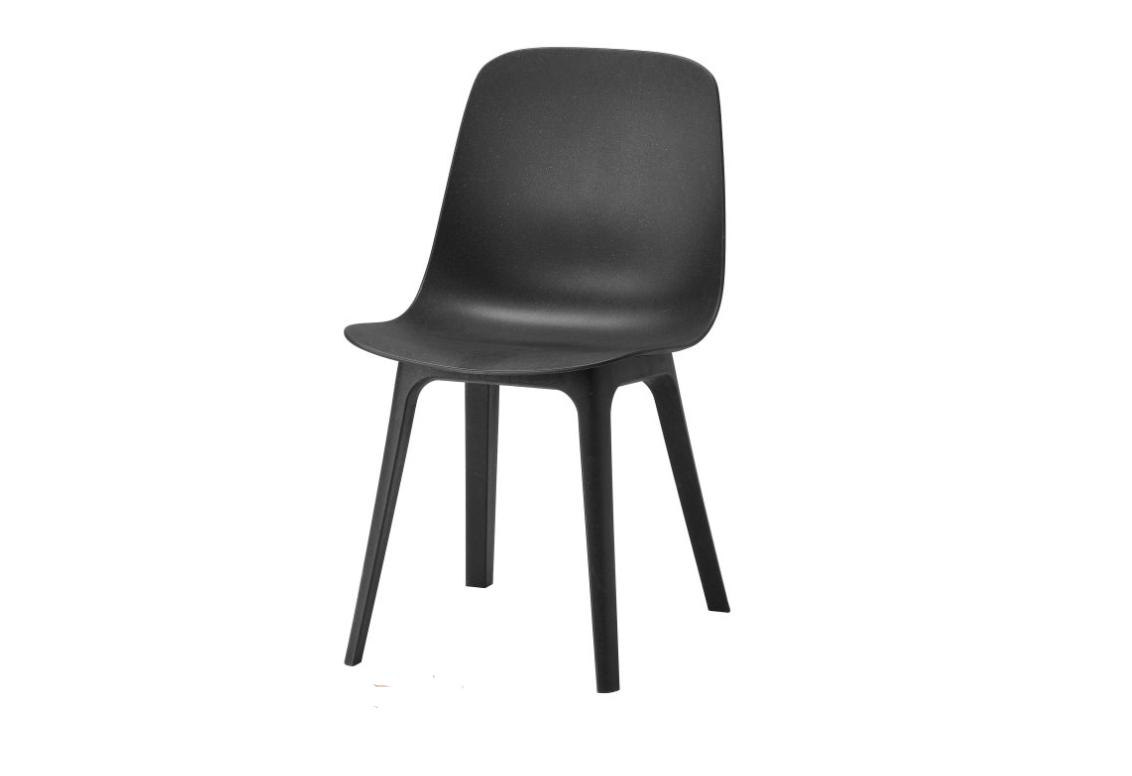 Стол ODGER от ΙΚΕΑ Велик стол, за пръв път в черно, което му отива зверски. Удобен, секси, ненатрапчив, той е идеалното потвърждение на максимата, че на какво седиш, е супер важно. Цена: 119 лв.