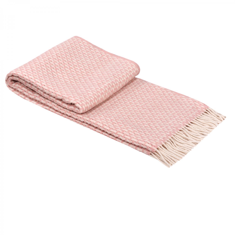 Вълнено одеяло Розовият му оттенък обещава да пасне на всяко помещение и, по-важното, на всяко настроение през идната година. Нека е розово, настроението поне, иначе и бяла, и сива, и всякаква стая, диван, лежанка ще го обикне от раз. Отлично пасва с номер 18 от списъка ни. Цена: 55 лв.