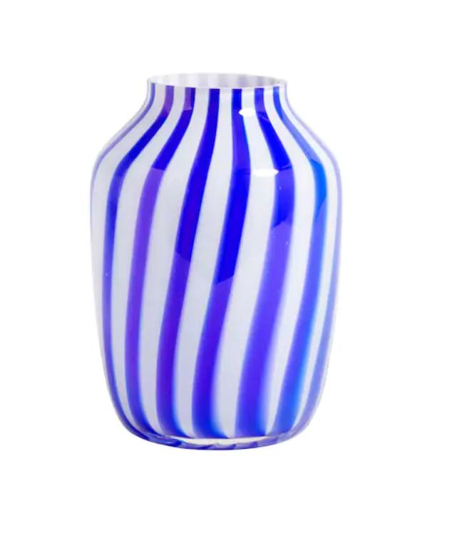Ваза JUICE HIGH GLASS VASE Напоследък имаме афинитет към силно оцветеното, запомнящо си, зареждащо с настроение и тон за песен стъкло. От Hay явно ни усетиха, защото пак имаме must-have покупка, този път в синьо и бяло от великите скандинавци. Цена: 283 лв.