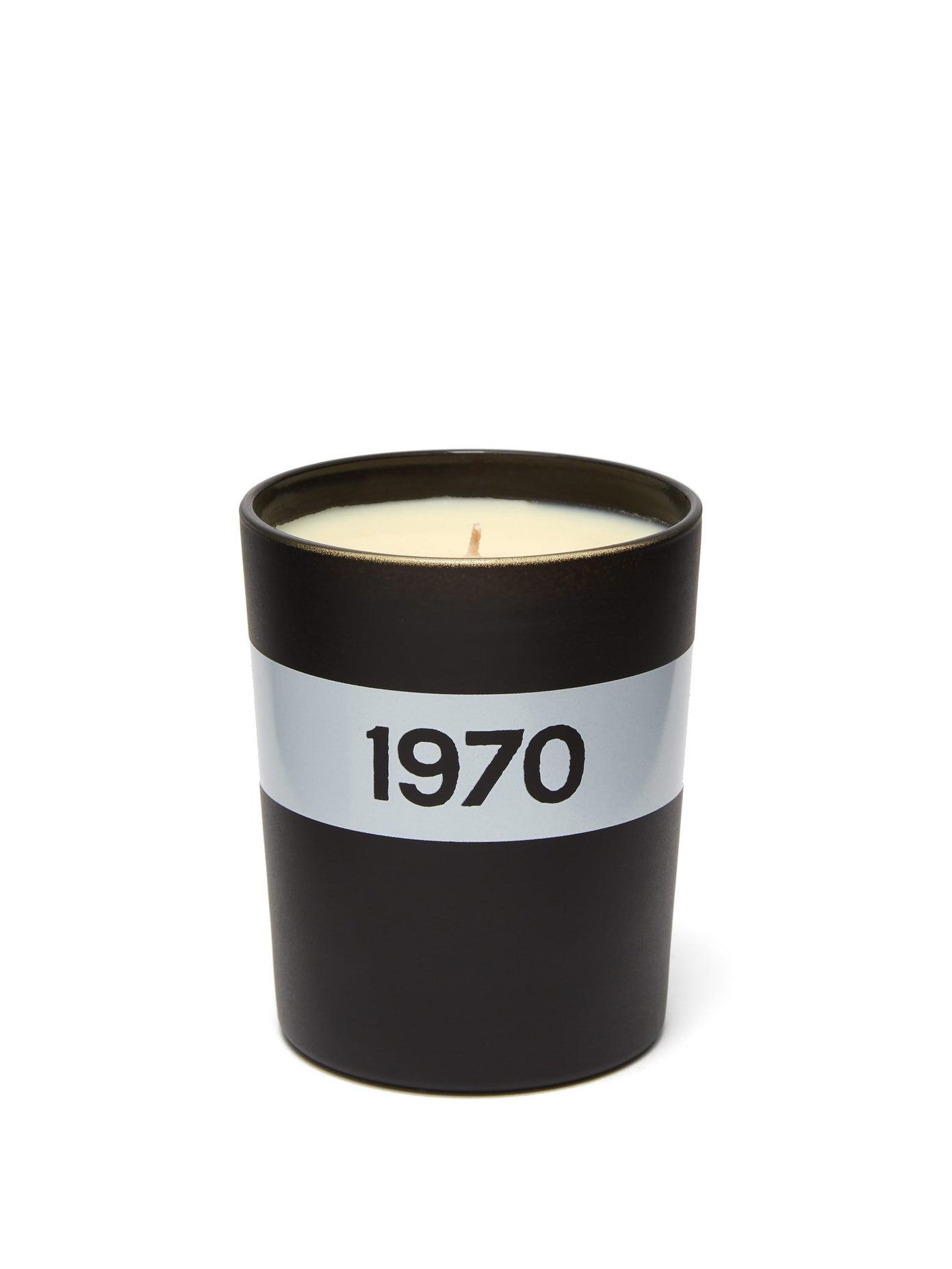 Ароматна свещ BELLA FREUD Inspired by the incense-heavy aromas of the decade, Bella Freud's black 1970 candle has a heady, inviting scent, ни казва търговецът, и добавя: Head notes: Vetiver, Heart notes: Frankincense. Myrrh, Oakmoss, Patchouli oils, Base notes: Musk and sandalwood, Burn time: 40 hours...  Ами, как се удържа на това на Коледа. Цена: 96 лв.