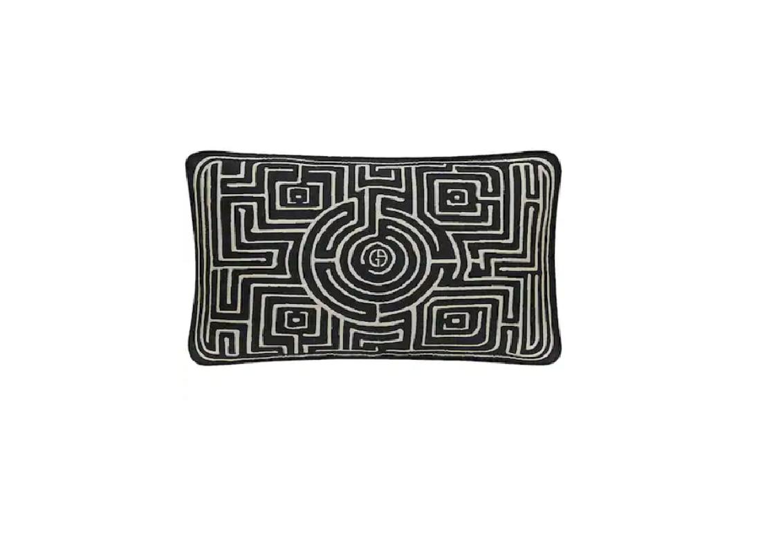 Възглавница ARMANI/CASA Потопени в неизброим списък от дизайнерски възглавнички за дълга зимна и лятна сиеста, си пожелаваме за ЧНГ! Почваме от тази изящна Armani casa, в идеални размери, идеална разцветка, идеален почерк. Цена: 470 лв.