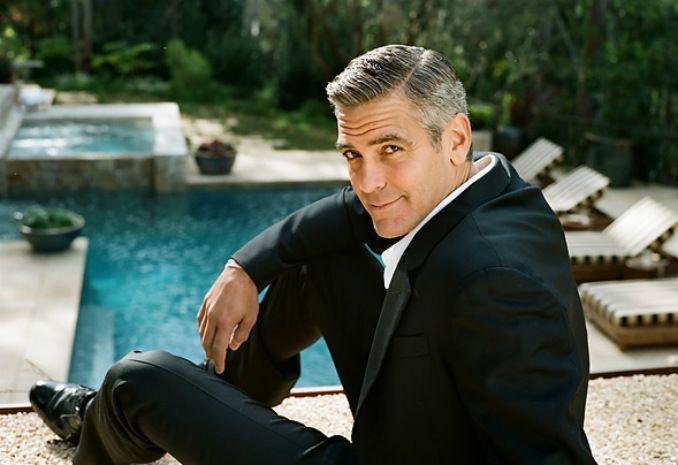 """Джордж Клуни Никога няма да спрем да споделяме мнението на Кари от """"Сексът и градът"""", че Клуни е вечен колкото костюм Chanel. 59 години никога не са изглеждали толкова добре. """"Това беше гадна година, но ние излизаме от нея като по-добри хора"""", казва той. Вярваме безпрецедентно."""