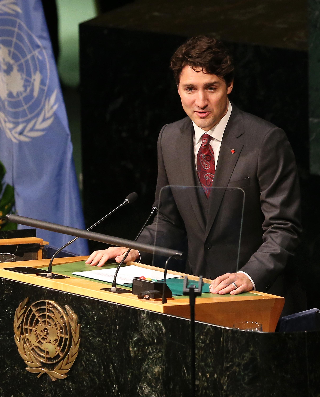 Джъстин Трюдо Министър-председателят на Канада притежава натурална красота, която смесена с висока позиция и красиви стъклено сини очи се трансформира в нежно, но секси излъчване.
