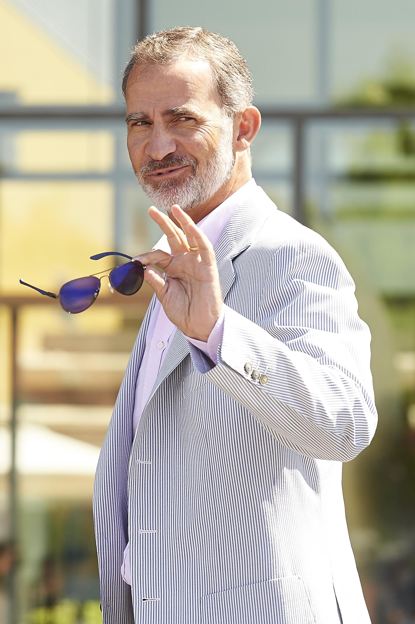 Фелипе VI Настоящият крал на Испания е поредният синеок поглед, в който си заслужава да потънеш. Този мъж остарява красиво, пристъпва красиво и се усмихва повече от красиво. Take us to Spain!
