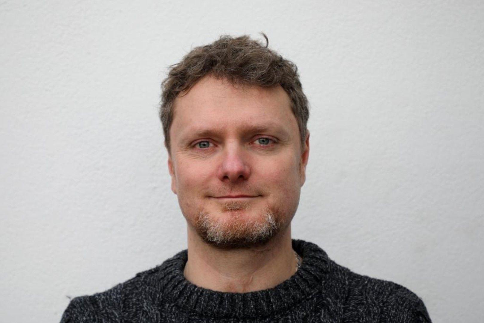 """Камен Марков снимка: Press Най-престижните награди за визуални ефекти VES Awards отличиха българина Камен Марков и екипа му в цели две категории (Outstanding Visual Effects in a Commercial и Outstanding Compositing in a Photoreal Commercial) за работата по рекламата на John Lewis """"Момчето и пианото"""" с участието на сър Елтън Джон и """"Welcome Home"""" на Apple. Камен, живеещ и развиващ се в Лондон, е главен дизайнер и технически ръководител на проекта; ръководи екип от около 40 специалисти, част от водещата международна VFX компания MPC. Специалистите казват, че """"Момчето и пианото"""" е огромно предизвикателство, създадено с необичайни творчески идеи, от техническа гледна точка, а VFX подходът на Марков намират за уникален по рода си, поради нечестата му срещаност в създаването на реклами - обикновено се използва в игрални филми. Чрез специален софтуер и голям набор от фотографски и филмови референции, Камен и екипът му успяват да пресъздадат етапи от живота на Елтън Джон в прецизни детайли. Камен започва развитието си в областта тук, на родна земя, но в условията на все още недотам развития ни рекламен, кино и музикален пазар. Амбициите му го отвеждат в Мексико, а оттам нататък всичко вече е история."""