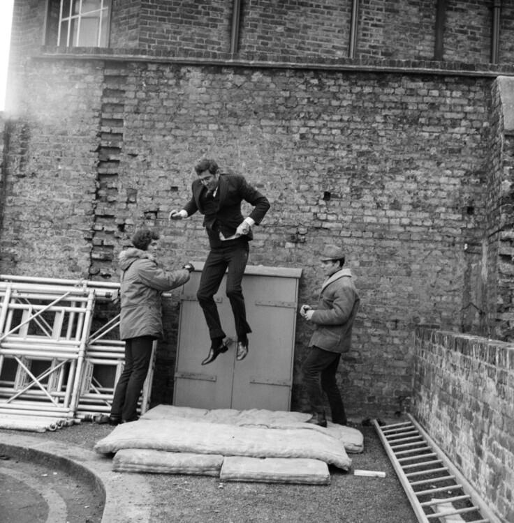 """Джордж Лейзънби на снимачната площадка на """"В служба на нейното кралско величество"""", 1969г"""