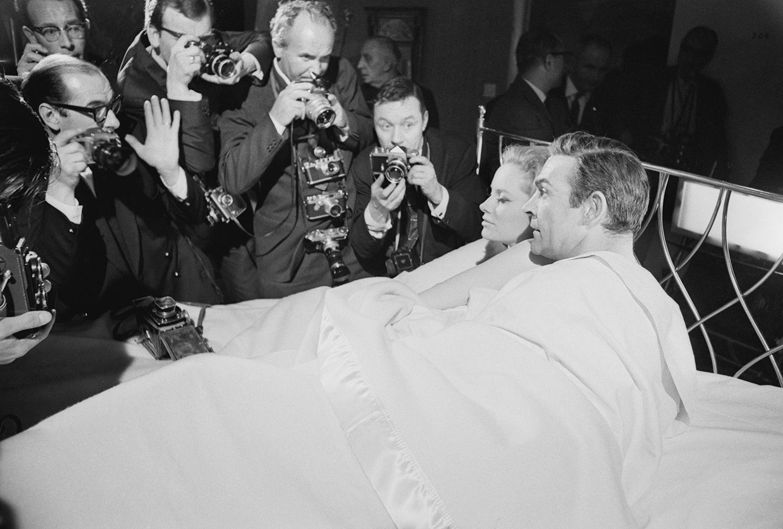 """Лучана Палуци и Шон Конъри по време на снимките на """"Мълниевидна топка"""", 1965г"""